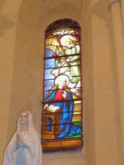 Vitrail et Statue de la Vierge Marie